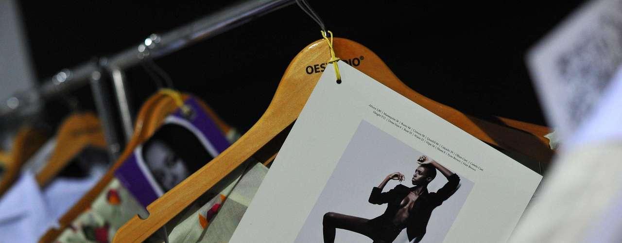 Arara no backstage da grife Oestúdio disponibiliza as roupas para o desfile