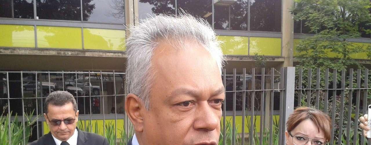 22 de abril -Delegado Edson Moreira, que chefiou as investigações na época do crime, chega para acompanhar o julgamento de Bola