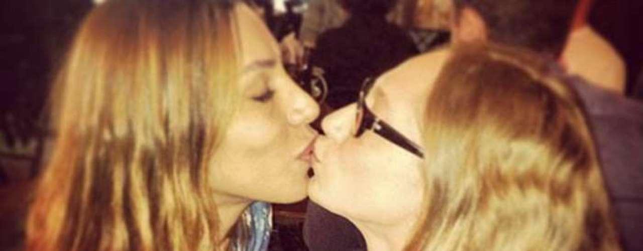 A modelo Lea T, que fez operação de troca de sexo, postou uma foto dando um selinho na amiga e também modelo Talytha Pugliese. Na legenda, ela escreveu \