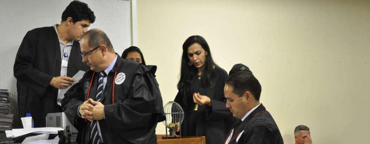 22 de abril - Enquanto ocorria o sorteio dos jurados, Bola aguardava com as mãos no rosto no plenário do Fórum