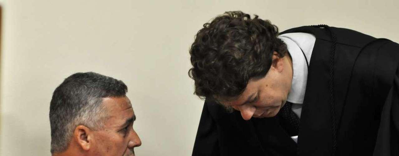 23 de abril - Antes do início dos trabalhos do dia, Bola conversa com sua defesa dentro do plenário
