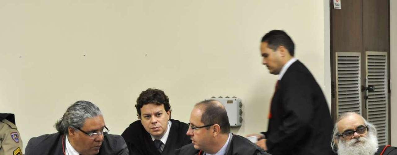 23 de abril - Advogados que defendemBola conversam no plenário antes do início da sessão desta terça-feira