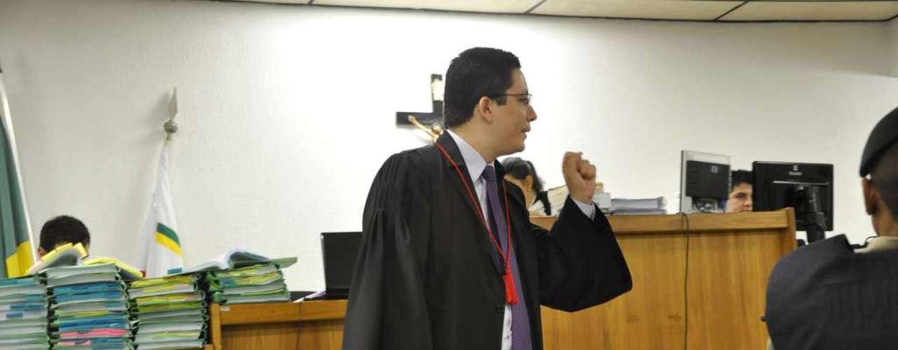 23 de abril - Promotor Henry Vasconcelos no segundo dia de julgamento de Bola