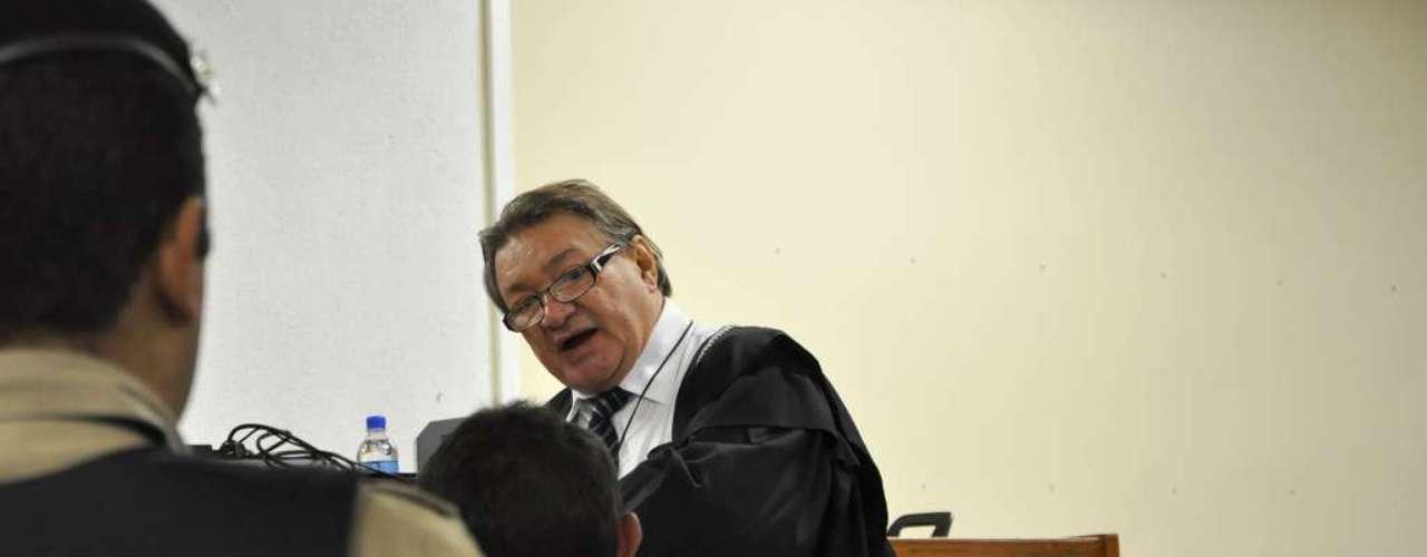23 de abril - Sentado de costas, de vermelho, Jaílson Alves de Oliveira, ex-colega de cela do réu, é questionado pelo assistente de acusação, José Arteiro