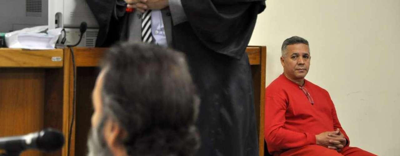 23 de abril Bola observa o deputado enquanto ele depõe
