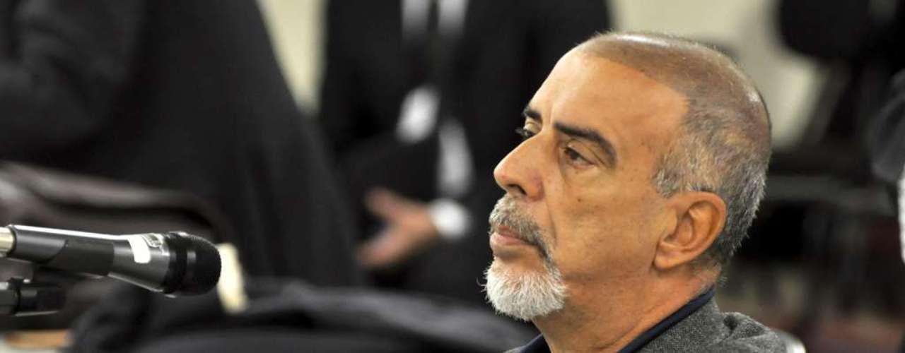 24 de abril -Na década pássada, Clevesfoi indiciado pela polícia pela morte da ex-mulher, assassinada a tiros, mas absolvido na Justiça