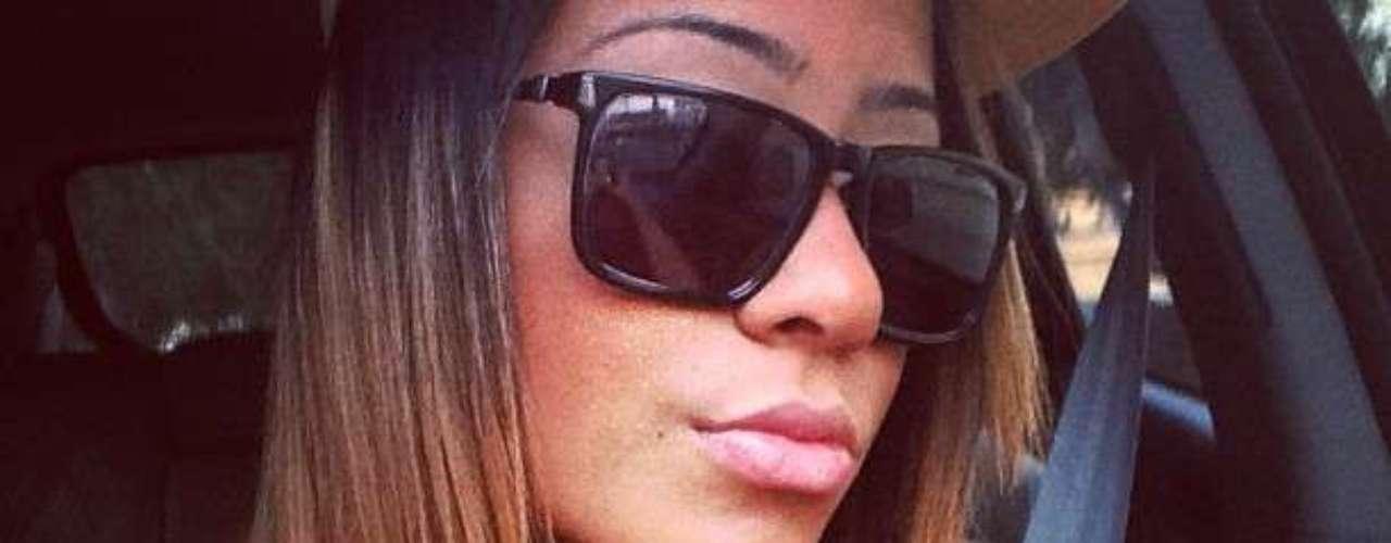 Irmã de Neymar tirou foto dentro de carro