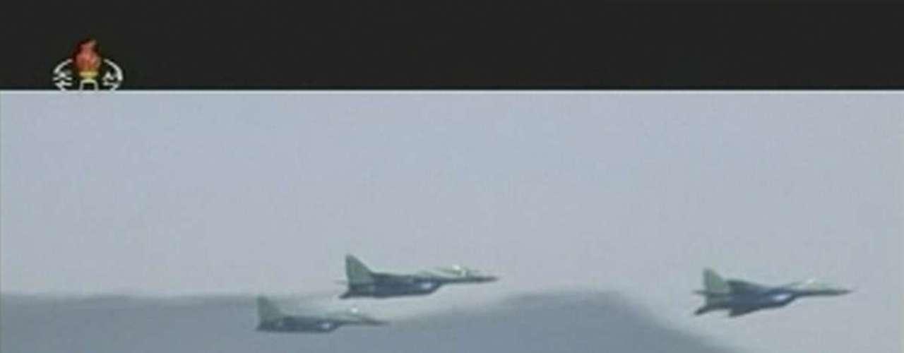 25 de abril -Três caças norte-coreanos voam durante cerimônia militar acompanhada por Kim Jong-un