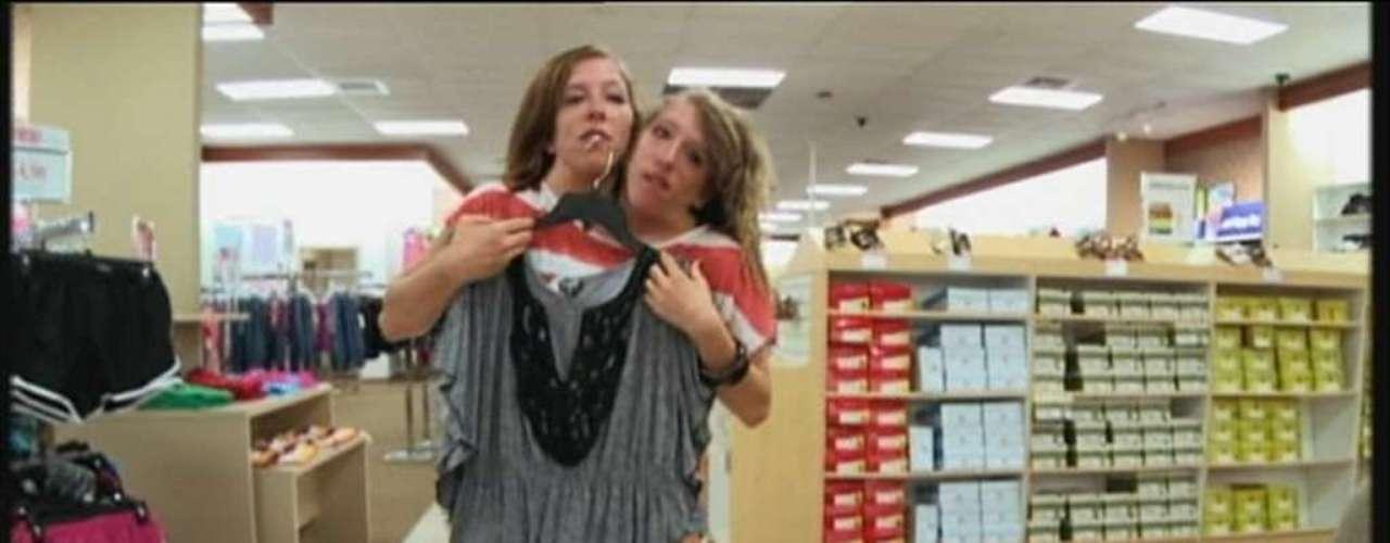 Abby e Brittany dizem ter gostos distintos para roupas, mas fazem acordos sobre o que vestir