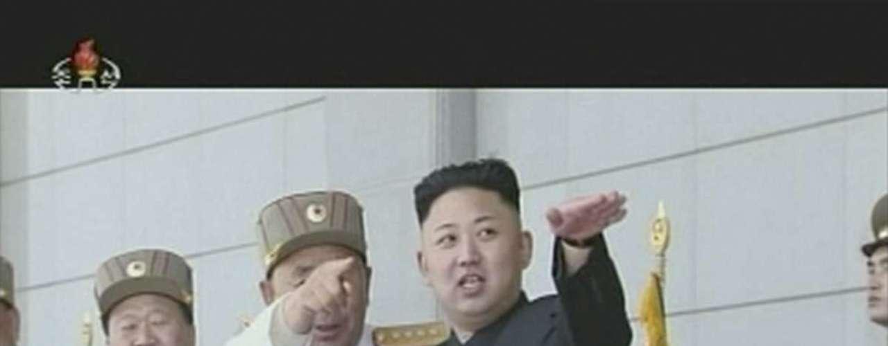 25 de abril -Imagem da televisão estatal KRT mostra o líder norte-coreano, Kim Jong-un (dir.), gesticulando durante cerimônia militar