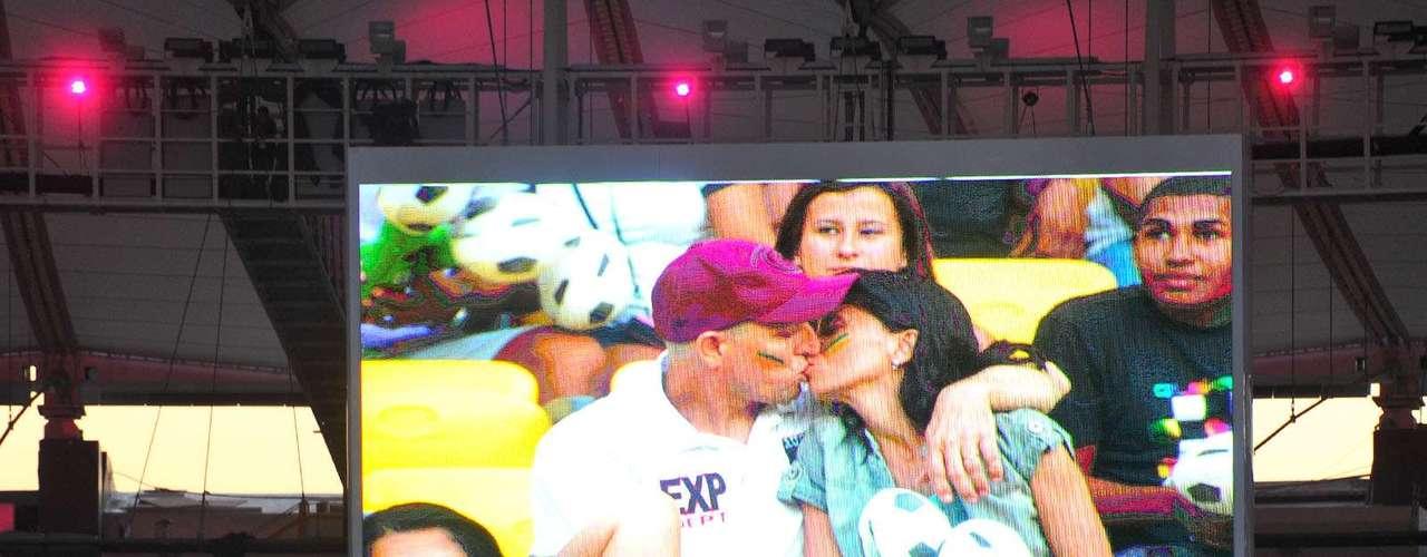 Câmera do beijo entreteu a torcida no Maracanã