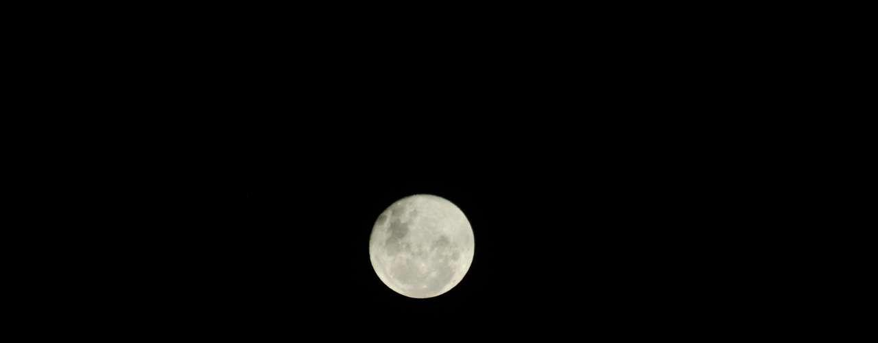 26 de abril Lua cheia chama a atenção com céu aberto em boa parte do País, como na capital fluminense