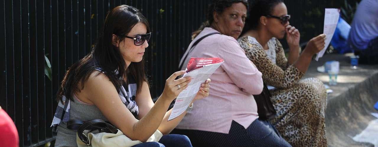 Estudante confere panfleto antes de entrar para realizar o exame em São Paulo