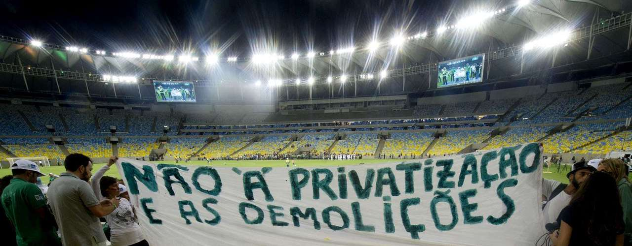 Depois, manifestantes entraram no Maracanã e mostraram faixa de protesto perto de onde estava a presidente Dilma