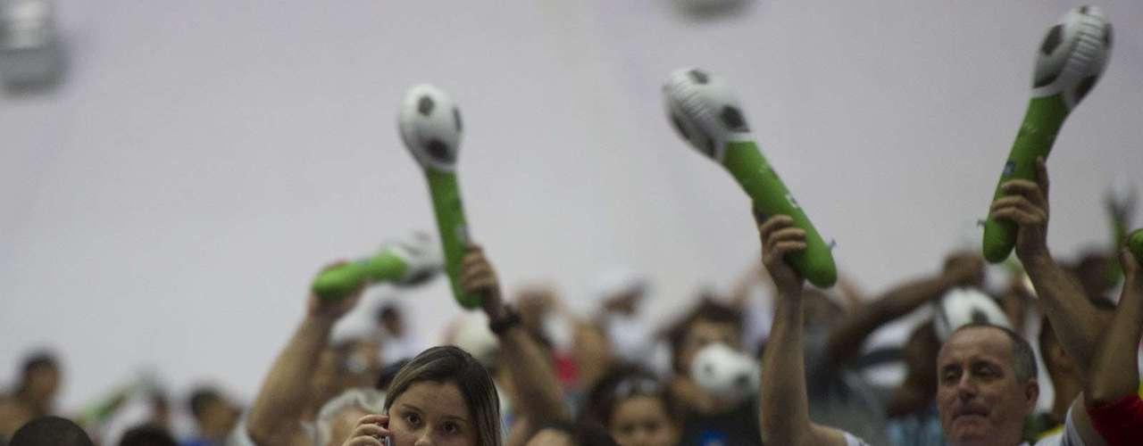 Torcida recebeu apetrechos para aumentar a festa no Maracanã