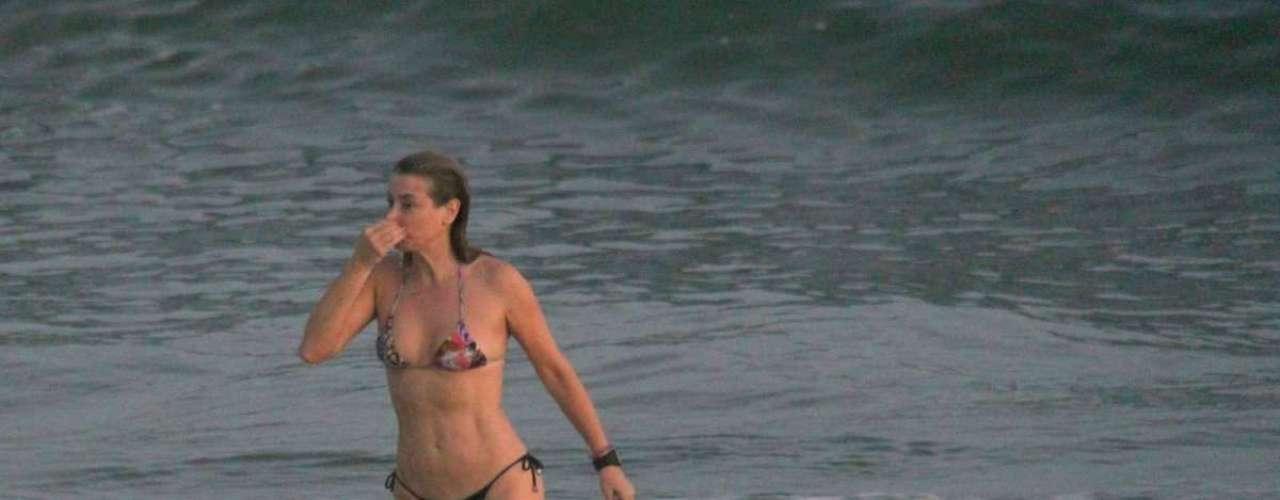 Abril 2013 -Christine Fernandes aproveitou o fim de tarde desta terça-feira (30) para se exercitar na praia da Barra da Tijuca, zona oeste do Rio de Janeiro. Depois de correr, ela deu um mergulho no mar
