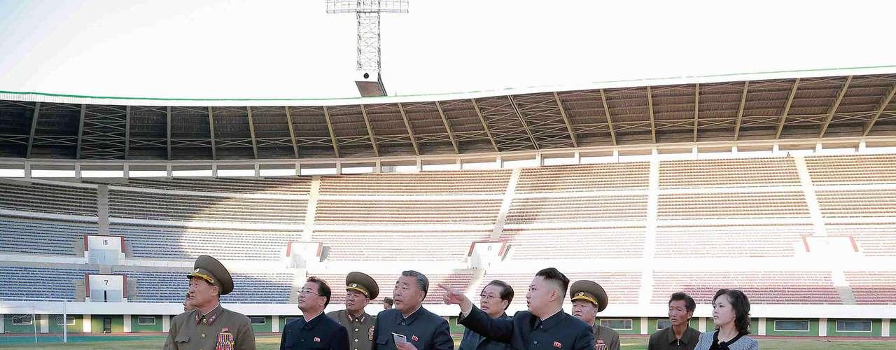 30 de abril -Imagem sem data mostra o líder norte-coreano, Kim Jong-un, durante visita a estádio de futebol Yanggakdo, em Pyongyang, acompanhado da mulher, Ri Sol-ju (dir.)