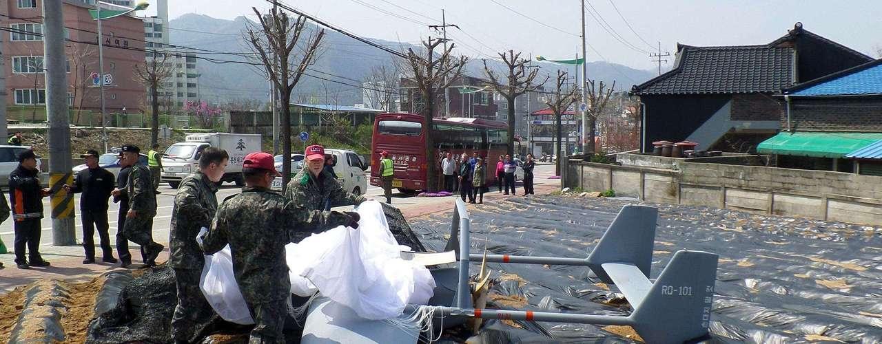 30 de abril -Soldados sul-coreanos inspecionam drone do exército do país que caiu em Hongcheon quanto tentava pousar após voo de rotina