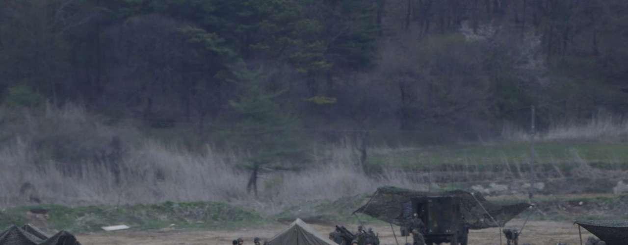 30 de abril -Soldados sul-coreanos chegam unidades de artilharia antes do fim dos exercícios