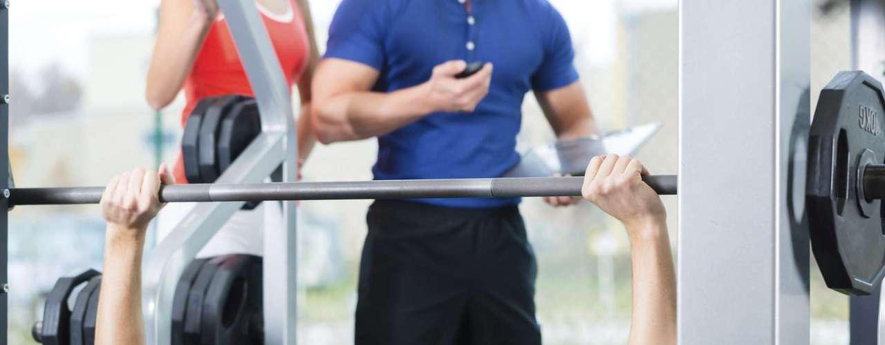 Supino Este exercício é reconhecido como uma ótima forma de fortalecer os peitoral e o tríceps, mas também pode trazer sérios problemas para os ombros. Além disso, o próprio exercício limita o movimento natural nas omoplatas, colocando uma enorme pressãona região. Por este motivo, alguns especialistas têm considerado o supino inseguro