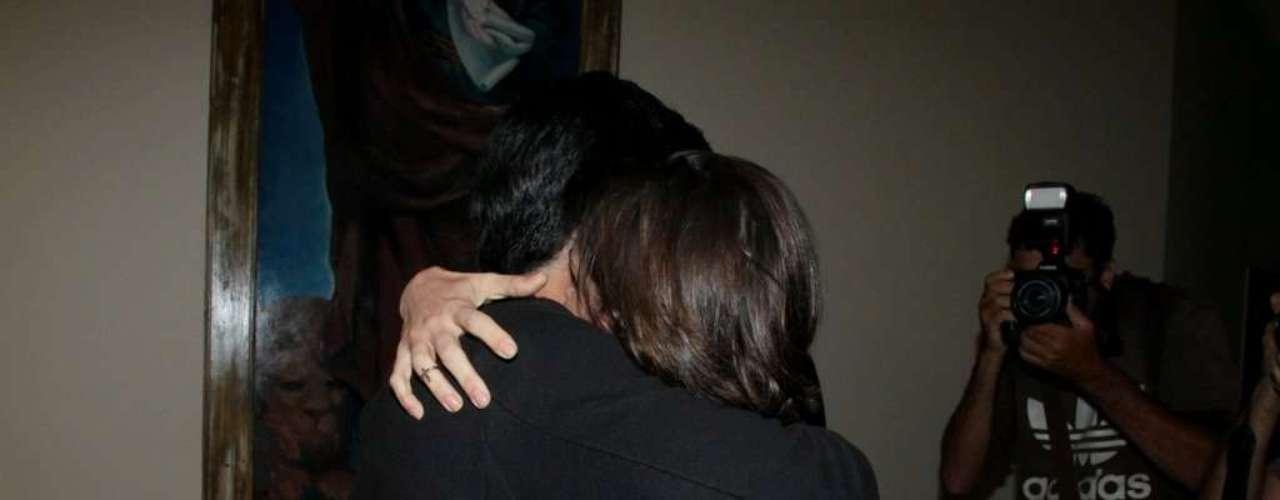 A atriz Deborah Secco foi à missa na igreja de São Marcos, na noite desta quinta-feira (2). Ela foi prestigiar Alysson Castro, cantor gospel com quem está saindo, que cantou na cerimônia. Após o culto, o casal deixou a igreja junto. A princípio separados, os dois deram as mãos e a cantora parecia um pouco tímida com o assédio dos paparazzi. Logo depois, porém, os dois trocaram abraços e beijos carinhos