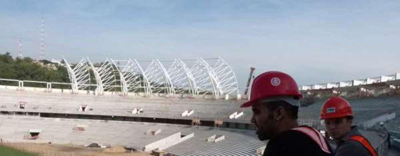 2 de maio de 2013:Ex-Internacional, o volante Sandro visitou as obras do Beira-Rio para a Copa do Mundo de 2014 e se impressionou, principalmente com a distância pequena entre arquibancada e campo