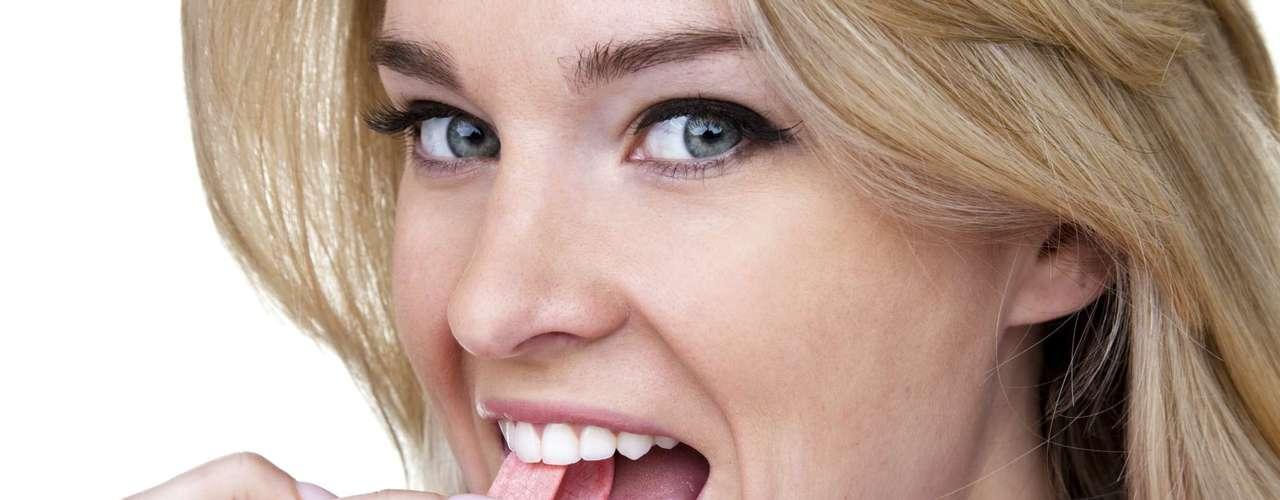 Goma de mascar: uma pesquisa recente mostrou que mascar chiclete pode melhorar a memória a longo prazo (os cientistas ainda estão tentando descobrir o motivo). Além disso, o hábito também pode ajudar a emagrecer, segundo um estudo da Universidade de Rhode Island. A ideia é que mascar estimula a saciedade do cérebro