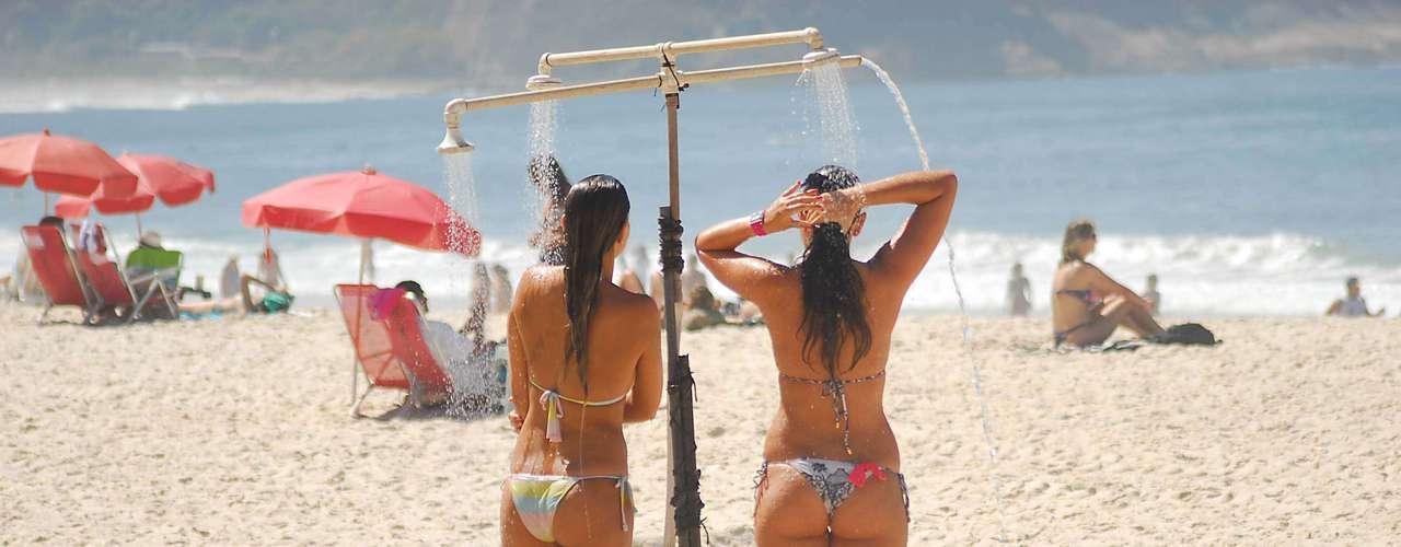4 de maio Jovens aproveitavam o calor para se refrescar na praia de Copacabana