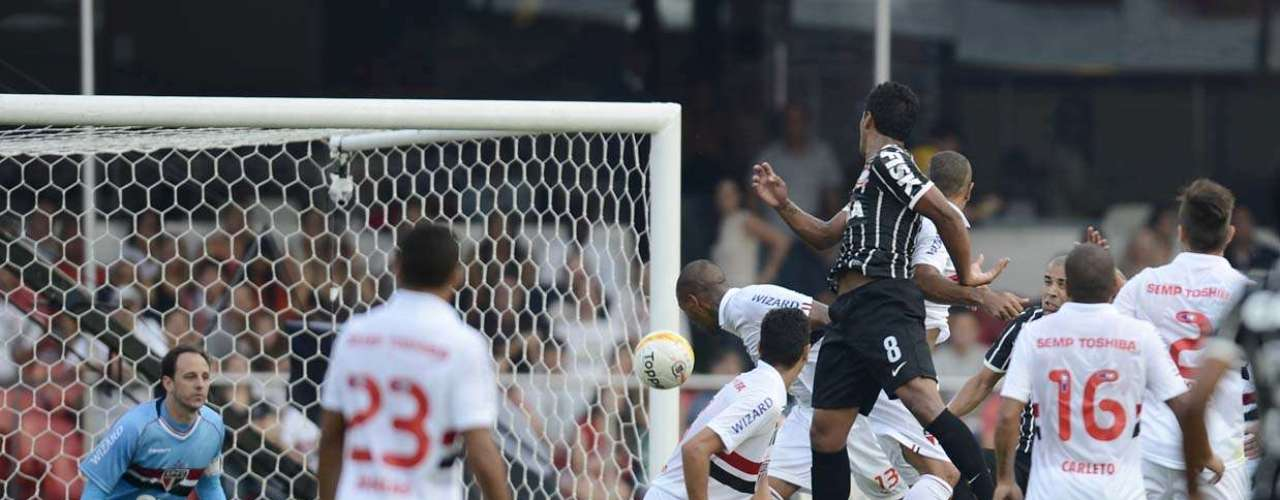 Rogério Ceni observa jogada aérea do Corinthians