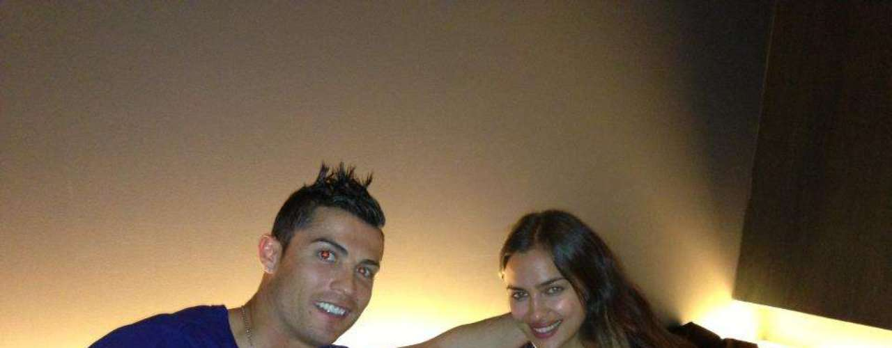 Cristiano Ronaldo jantou em um restaurante japonês com a namorada, Irina, e negou os boatos de teria tido um affair com Andressa Urach: \
