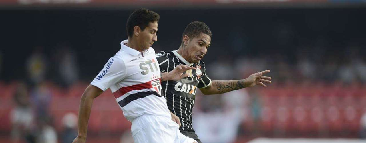 Ganso e Guerrero disputam bola no Morumbi