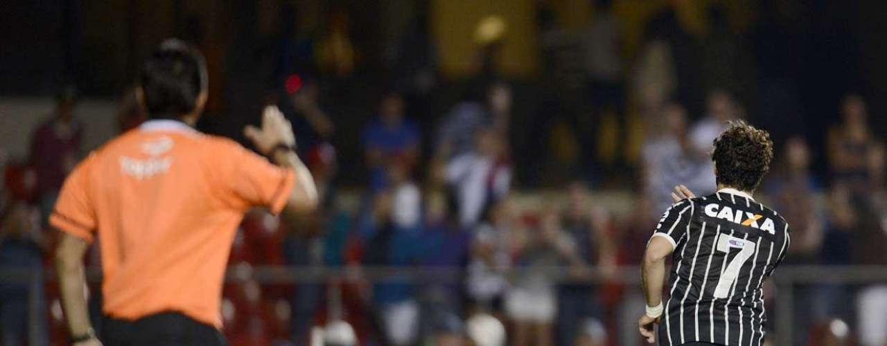 Alexandre Pato faz pose depois de converter o pênalti que classificou o Corinthians