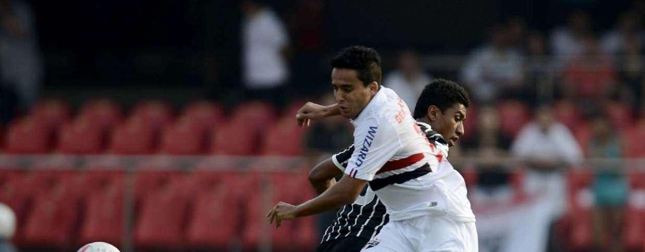Jadson briga pela bola com o volante Paulinho