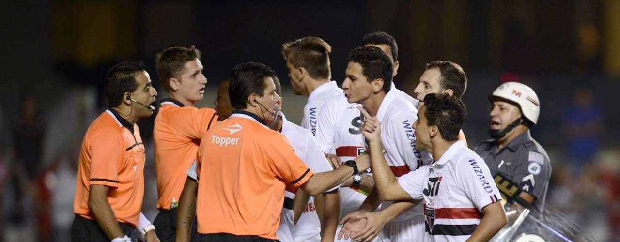 Jogadores do São Paulo se enfureceram com a arbitragem ao final da partida