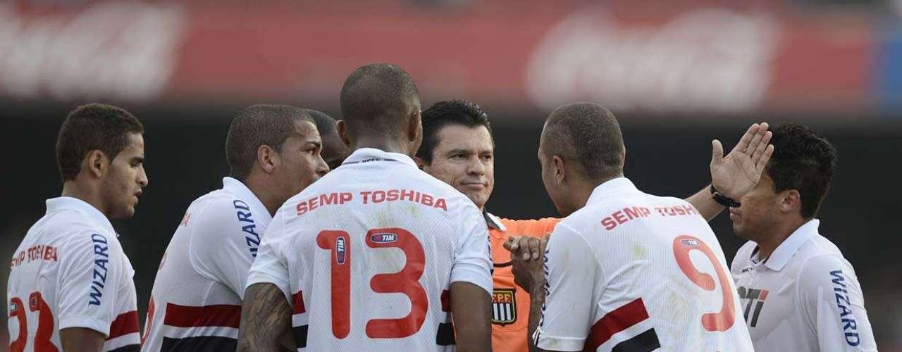 A arbitragem de Antônio Rogério Batista do Prado foi bastante questionada por conta de cartões e falta de acréscimo ao fim da partida