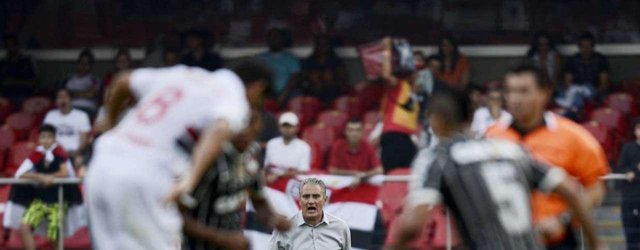 Tite orienta a equipe do Corinthians no clássico com o São Paulo