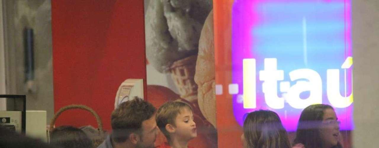 Na noite do último domingo (5), Cássio Reis foi ao teatro com o filho, Noah, 5 anos - fruto do relacionamento com Danielle Winits -, e com a namorada, Fernanda Vasconcellos. O casal chegou ao local de mãos dadas e trocou carinhos durante o passeio. O três assistiram à peça infantil A Floresta Mágica e, ao término do espetáculo, tomaram sorvete e passaram em uma joalheria