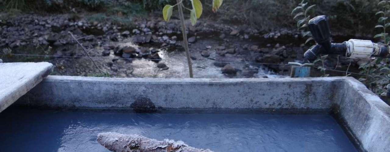 8 de maio - Água congelou com o frio intenso na manhã desta quarta-feira em Urupema (SC)