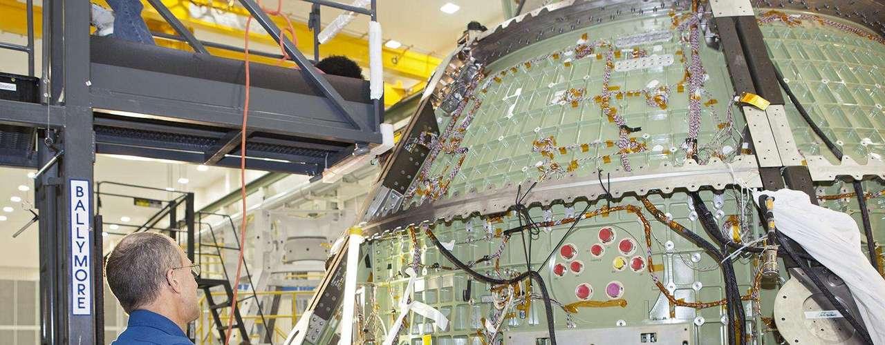 8 de maio - Astronauta Don Pettit observa técnico trabalhando em módulo da nave espacial Orion no Centro Espacial John F. Kennedy em 21 de março de 2013. A cápsula Orion foi desenvolvida para levar o homema asteroides, para a lua e, eventualmente, para Marte, substituindo os ônibus espaciais