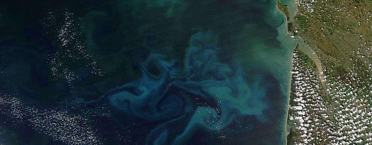 A primavera no Golfo da Biscaia foi registrada pela Nasa - a agência espacial americana - nesta imagem de 20 de abril de 2013. Oflorescimentodefitoplâncton é claramente visível na foto colorida