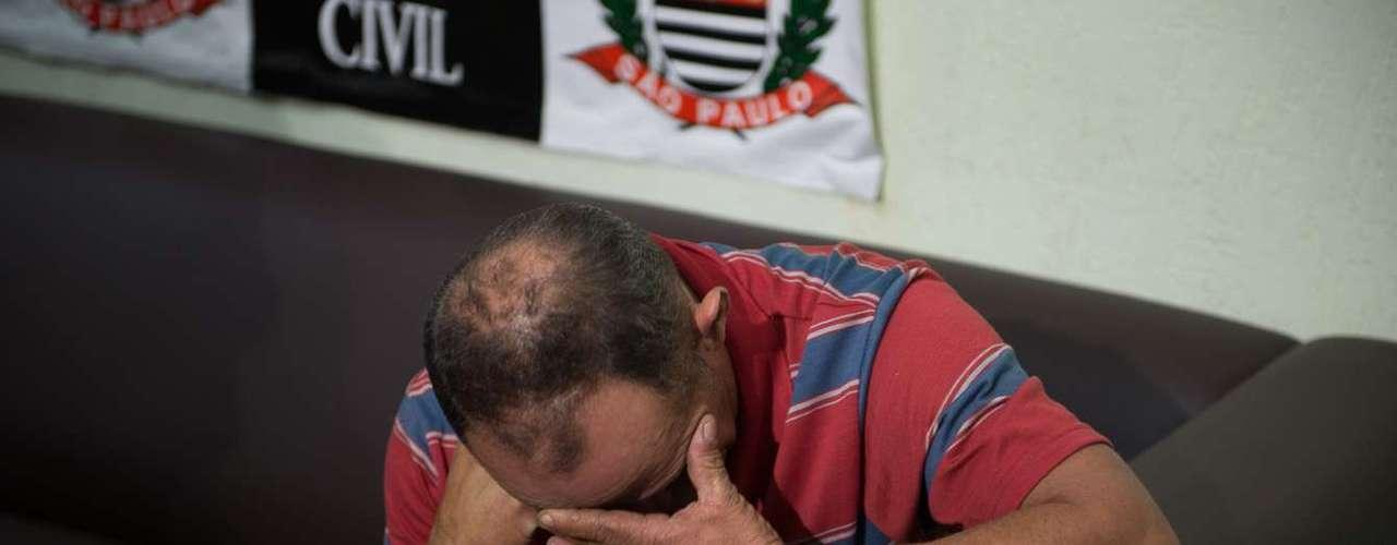7 de maio -Pai da vítima se emociona na delegacia, onde o suspeito do crime foi apresentado nesta terça-feira após ser preso pela polícia