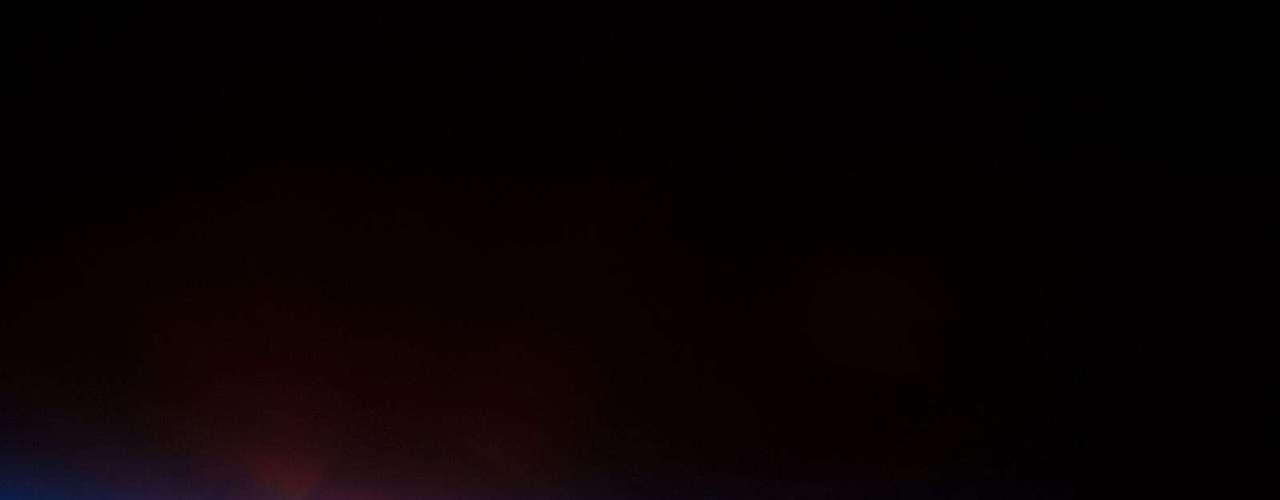 10 de maio - O Sol está prestes a nascer sobre o Oceano Pacífico nesta colorida imagem feita por um astronauta a bordo da Estação Espacial Internacional (ISS, na sigla em inglês), que orbita a Terra, no dia 5 de maio. A ISS estava passando pela Ilha de Páscoa, na Polinésia, no momento do registro