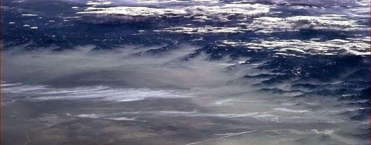 Hadfield registra no dia dia 10 de maio o amanhecer com neblina sobre os Alpes, cadeia de montanhas de 1,2 quilômetros de extensão
