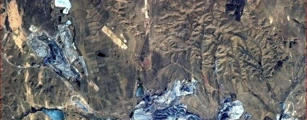 Norte da China, região de intensa mineração, capturado a partir da ISS. 'Os poços a céua aberto brilham em azul do espaço', descreveu astronauta Chris Hadfield dia 8 de maio