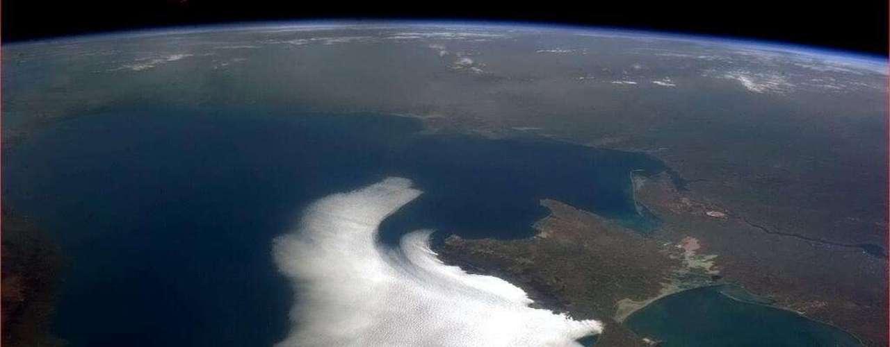 'Nuvens atacam a Criméia, um pássaro branco no Mar Negro', descreve Hadfield sobre a formação de nuvens na costa norte do mar europeu