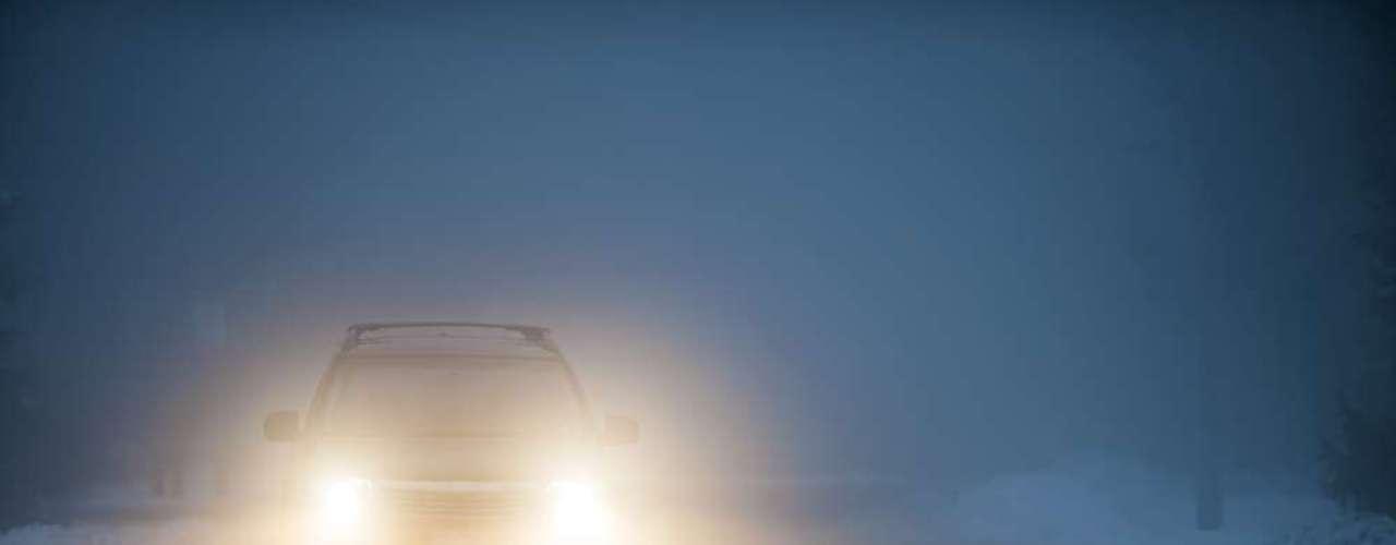 3 - Farol desregulado - Guiar com o farol desregulado, com o facho de luz alta prejudicando a visão dos outros motoristas, é uma infração grave. O valor da multa é R$ 127,69, além de cinco pontos na carteira do condutor. O veículo pode ficar retido até o problema ser regularizado