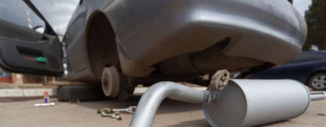 5 - Escapamento estragada - Andar com a descarga sem silenciador de motor ou com os silenciadores estragados pode custar ao motorista multa de R$ 127,69 e cinco pontos na carteira