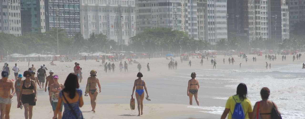 14 de maio - Banhistas aproveitaram para curtir o dia na praia de Copacabana