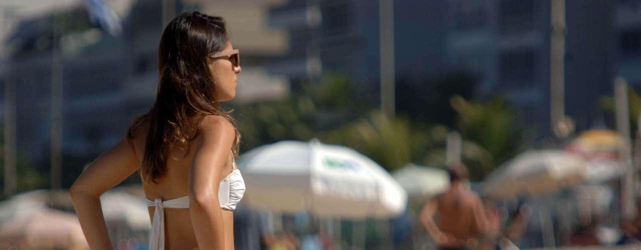 15 de maio -Mulher ajeita o biquíni nas areias da praia de Copacabana