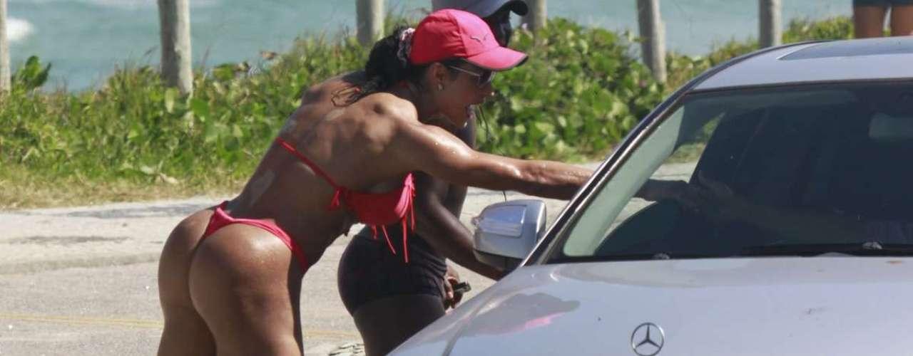 Maio 2013 -Gracyanne Barbosa foi fotografada deixando a praia da Barra da Tijuca, no Rio de Janeiro, nesta quarta-feira (15). A morena circulou de biquíni pelo calçadão